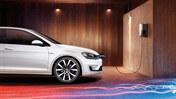 Volkswagen Golf GTE på laddning med laddbox på väggen