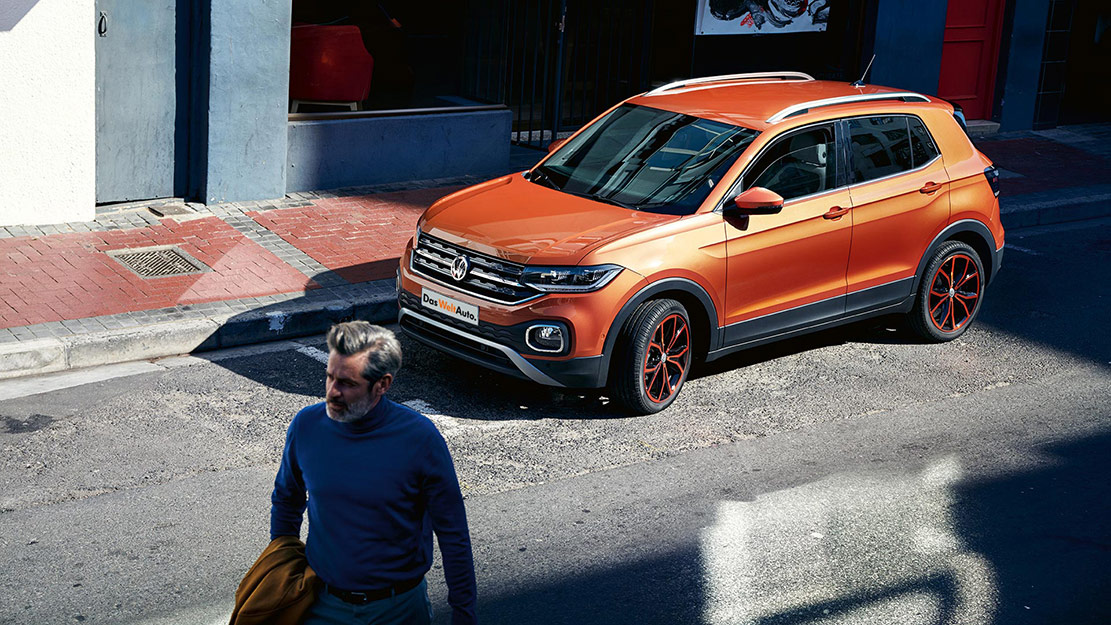 Orange Volkswagen T-Cross, VW:s minsta SUV-modell