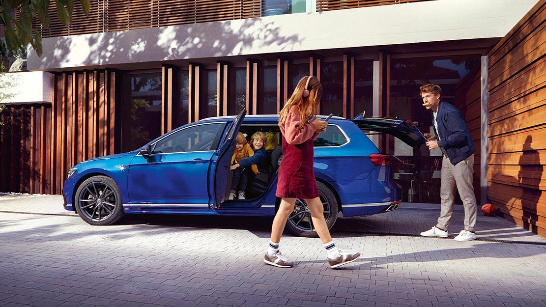 Blå Volkswagen Passat Variant med familj
