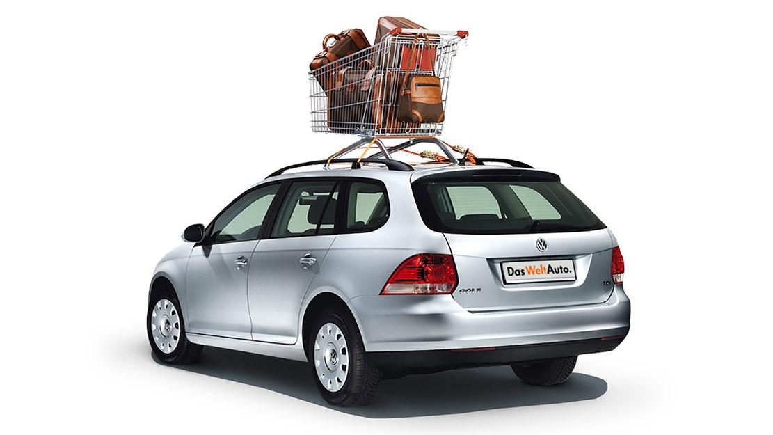 Volkswagen Golf med kundvagn på taket