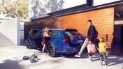 Familj packar för utflykt med VW Passat