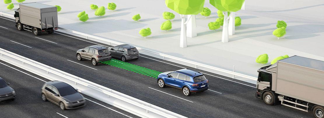Adaptiv farthållare med Front Assist hjälper till att hålla avståndet till framförvarande fordon.