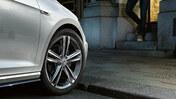 Närbild på Volkswagen lättmetallfälgar
