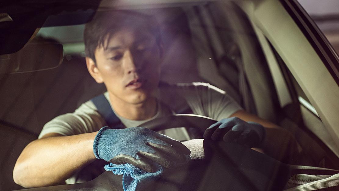 Man tvättar bilen invändigt