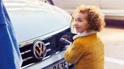 Litet barn laddar en Volkswagen elbil