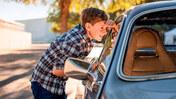 Nyfiken pojke kikar in i bil