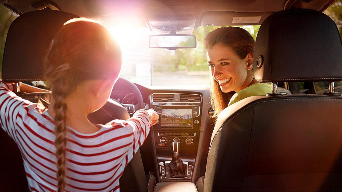 Mor och dotter på bilutflykt
