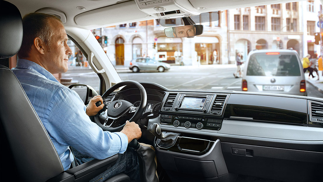 Man som provkör en begagnad bil från Das WeltAuto